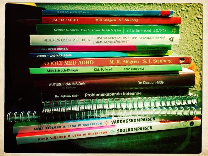 Hög med böcker om npf